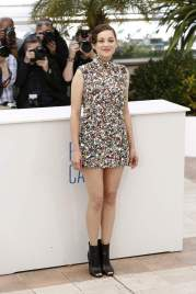 Marion Cotillard looks incredible in this Maison Martin Margiela Couture dress. The dress may seem quite ordinary to the simple eye yet take a look at it on the runway. I'm quite glad that Miss Cotillard opted for the removal of the hood and face mask and instead manages to look cute and jazzy in this little number.