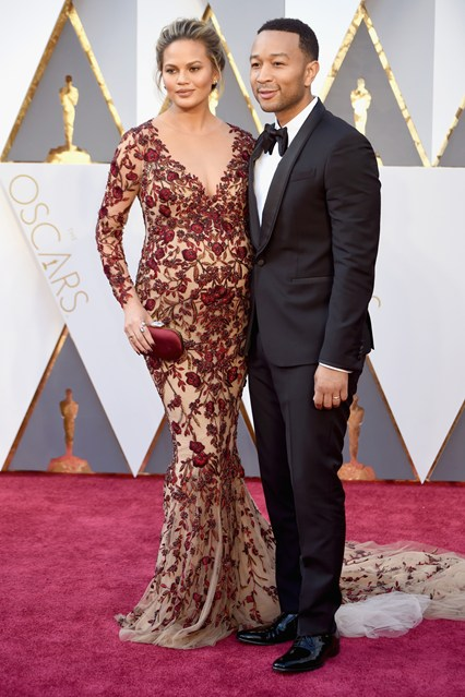 Chrissy-Teigen-Oscars-2016-Red-Carpet-Vogue-28Feb16-Getty_b_426x639